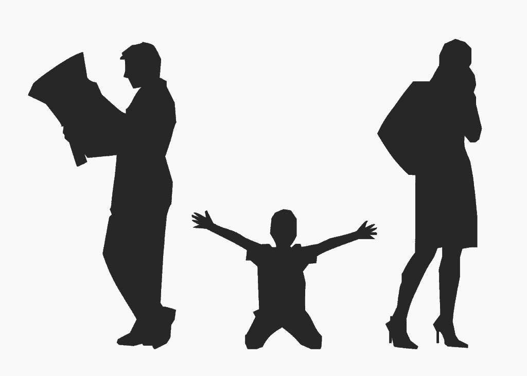 דמויות של גבר ואישה וילד באמצע
