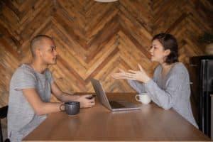 מומחית מעניקה חוות דעת עבור הגשת תביעה